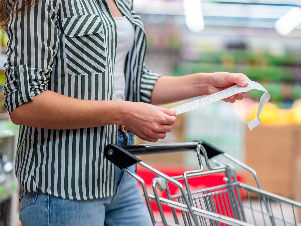 3 na 4 Polaków rezygnuje z ulubionych produktów i kupuje tańsze. Połowa z nas kupuje mniej. Też tak robicie?