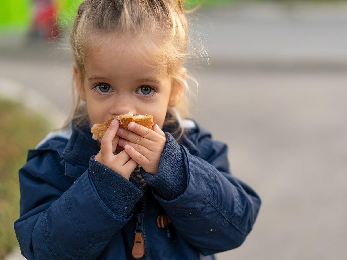 """4-latka je obiad na ulicy. Ludzie mówią """"skandal"""" i """"porażający widok"""". Co ich tak rozwścieczyło?"""