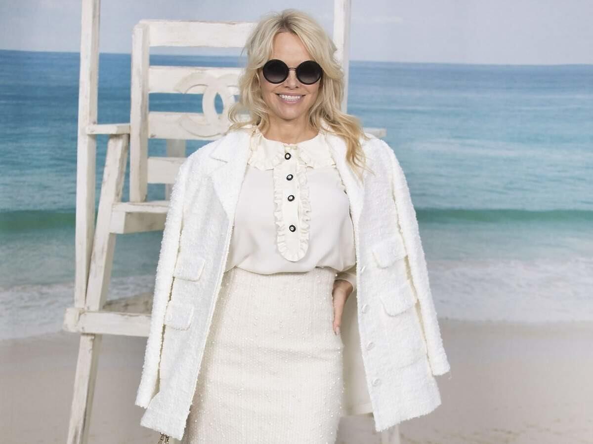 """54-letnia Pamela Anderson zachwyca figurą. Zawdzięcza ją """"miskom szczęścia"""" i… chipsom"""