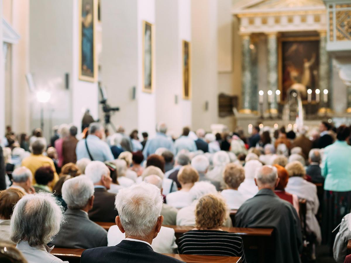 Biedni emeryci odkładają z koszyka jedzenie. Ten polski ksiądz ma większą emeryturę niż sam papież