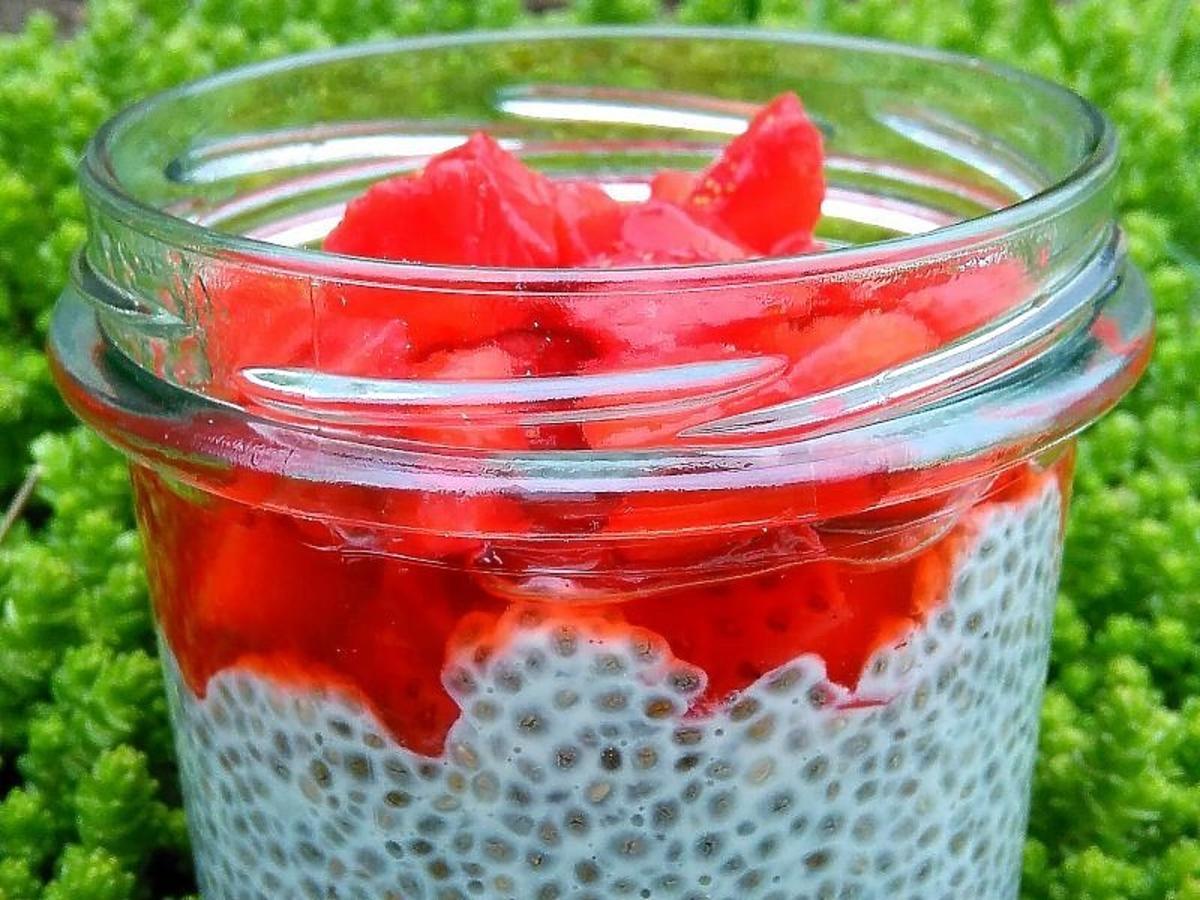 Chia z rabarbarem i truskawkami. Przepis na niesamowicie zdrowy deser