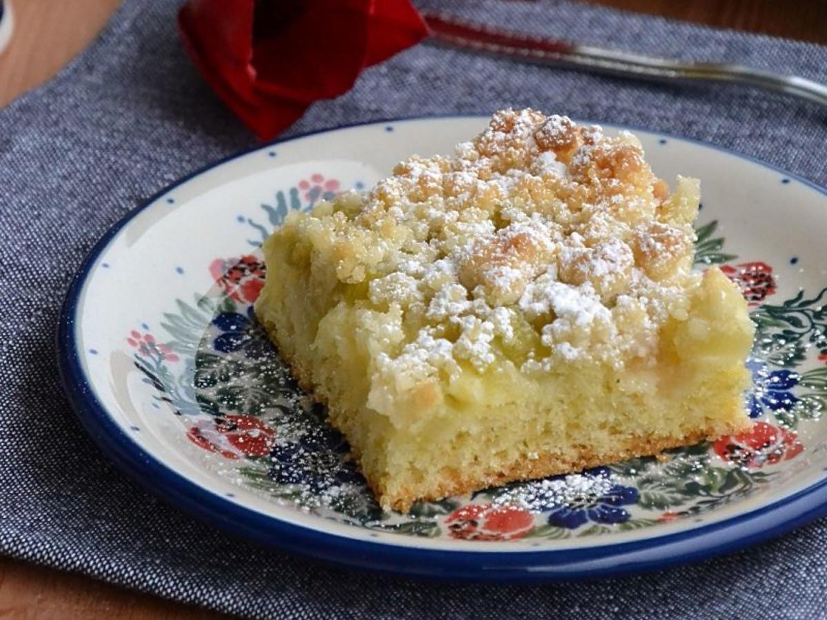 Ciasto ucierane z rabarbarem. Tym przepisem zachwycicie wszystkich