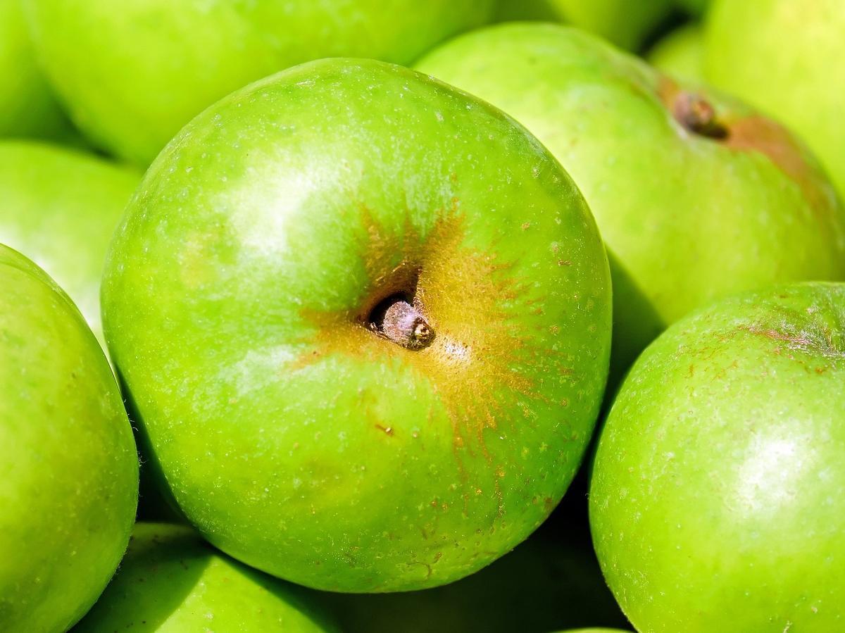 Co oznaczają przebarwienia na skórkach jabłek? Czy powinno się je jeść?
