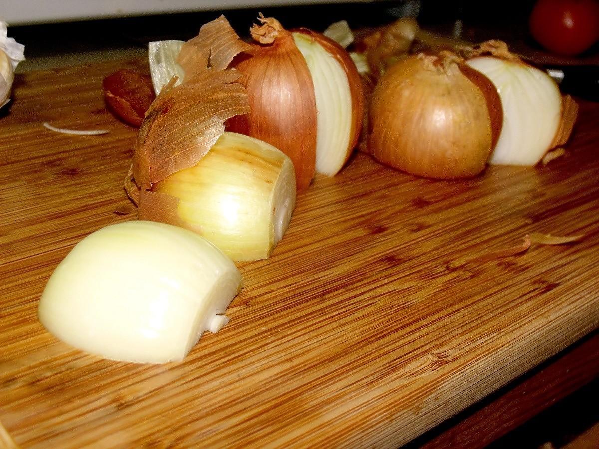 Co zrobić z gorzką cebulą? Banalny trik, dzięki któremu straci goryczkę