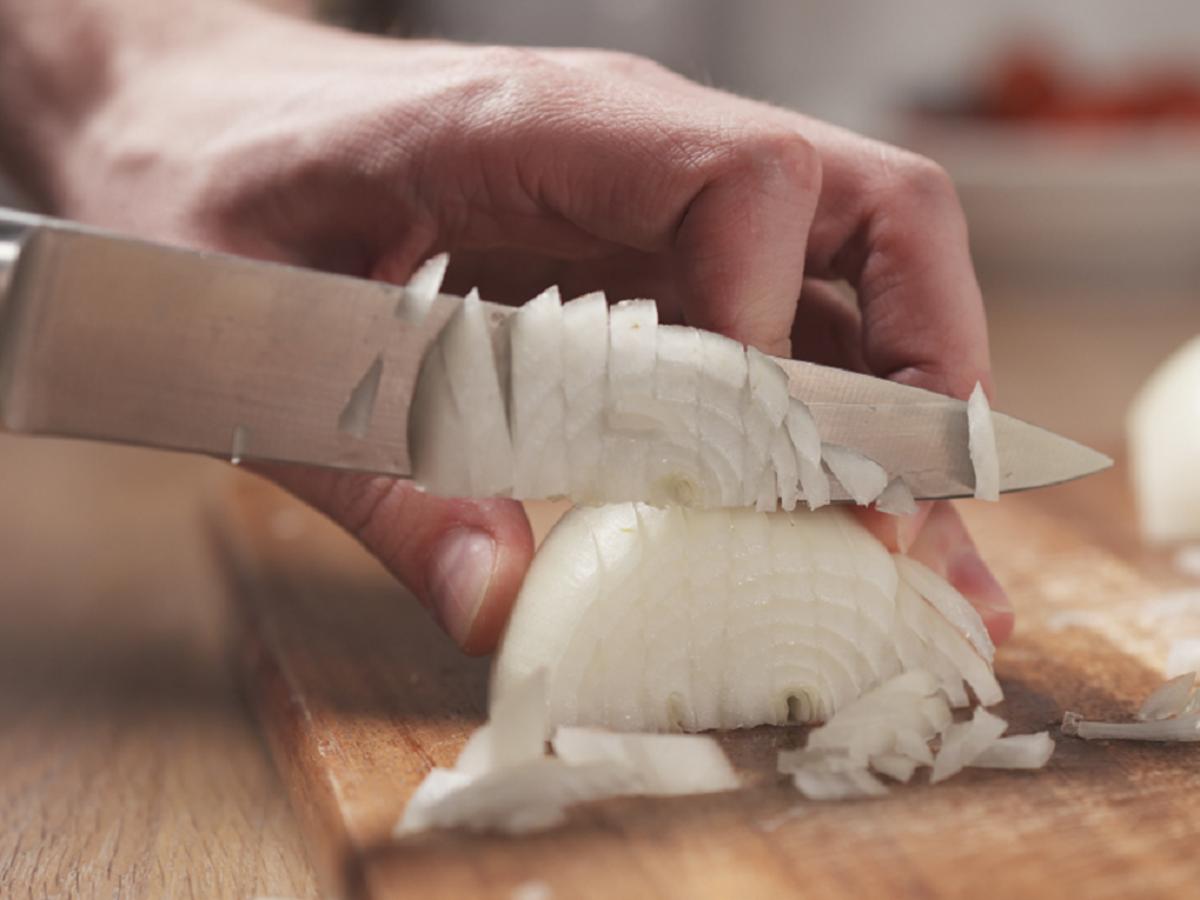 Co zrobić, żeby poszatkowana cebula była dłużej świeża? Wystarczy odrobina tego produktu