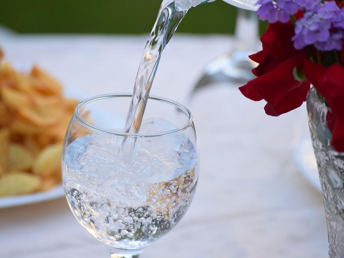 Codziennie pił 5 litrów wody myśląc, że uchroni się przed koronawirusem. Czy to jest skuteczne?