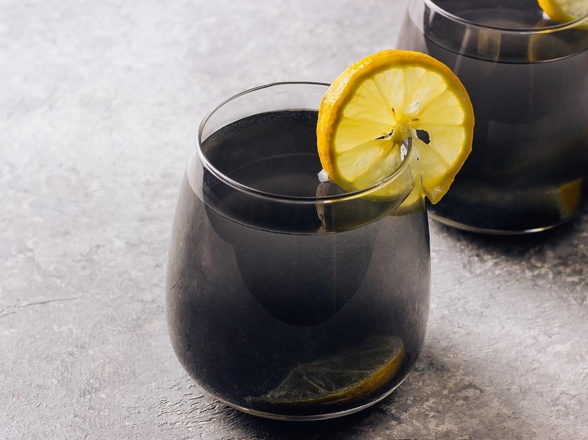 Czarna lemoniada to hit, bo świetnie oczyszcza organizm. Do jej zrobienia wystarczą 3 składniki