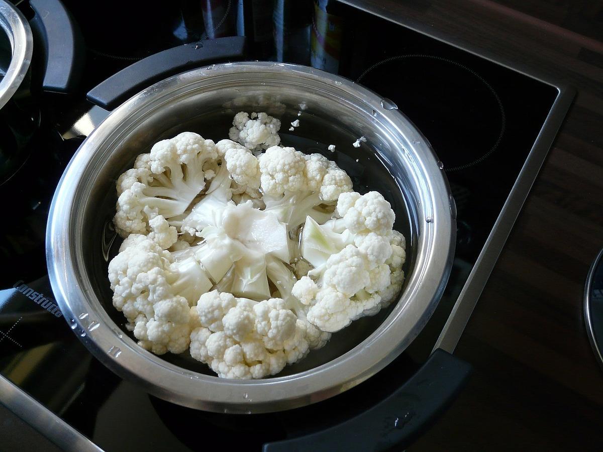 Czy do ugotowania kalafiora wystarczy tylko sól? Co dodać do wody, by był jeszcze smaczniejszy?