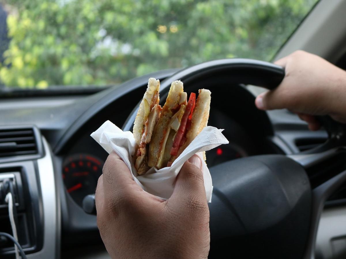 Czy można dostać mandat za jedzenie podczas jazdy samochodem? Lepiej odpuścić sobie hamburgera i frytki