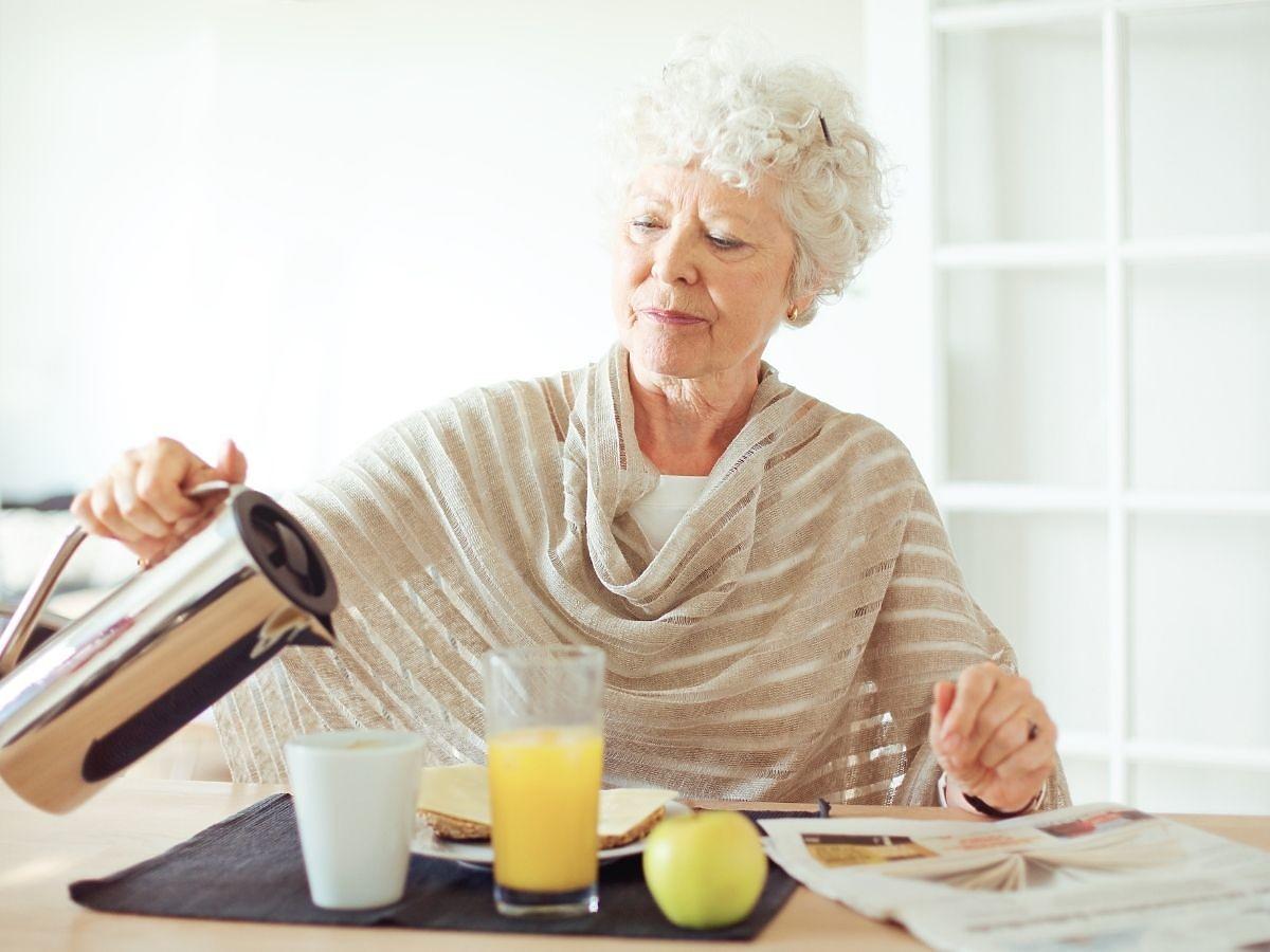 Czy można popijać posiłki, czy to niezdrowe, bo rozcieńcza soki żołądkowe? Odpowiedź jest jedna