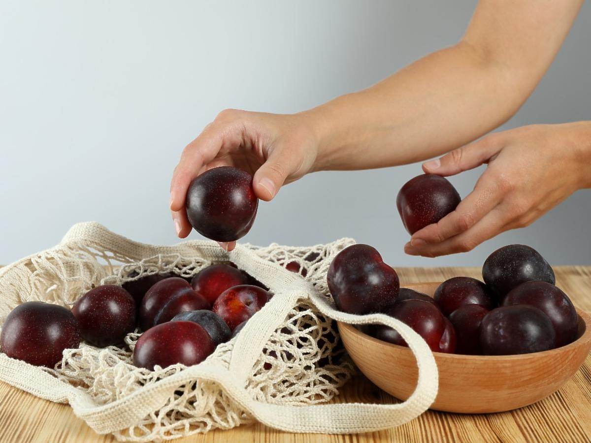 Czy można zjeść śliwki na pusty żołądek? Sprawdzamy, co najlepiej jeść na czczo?