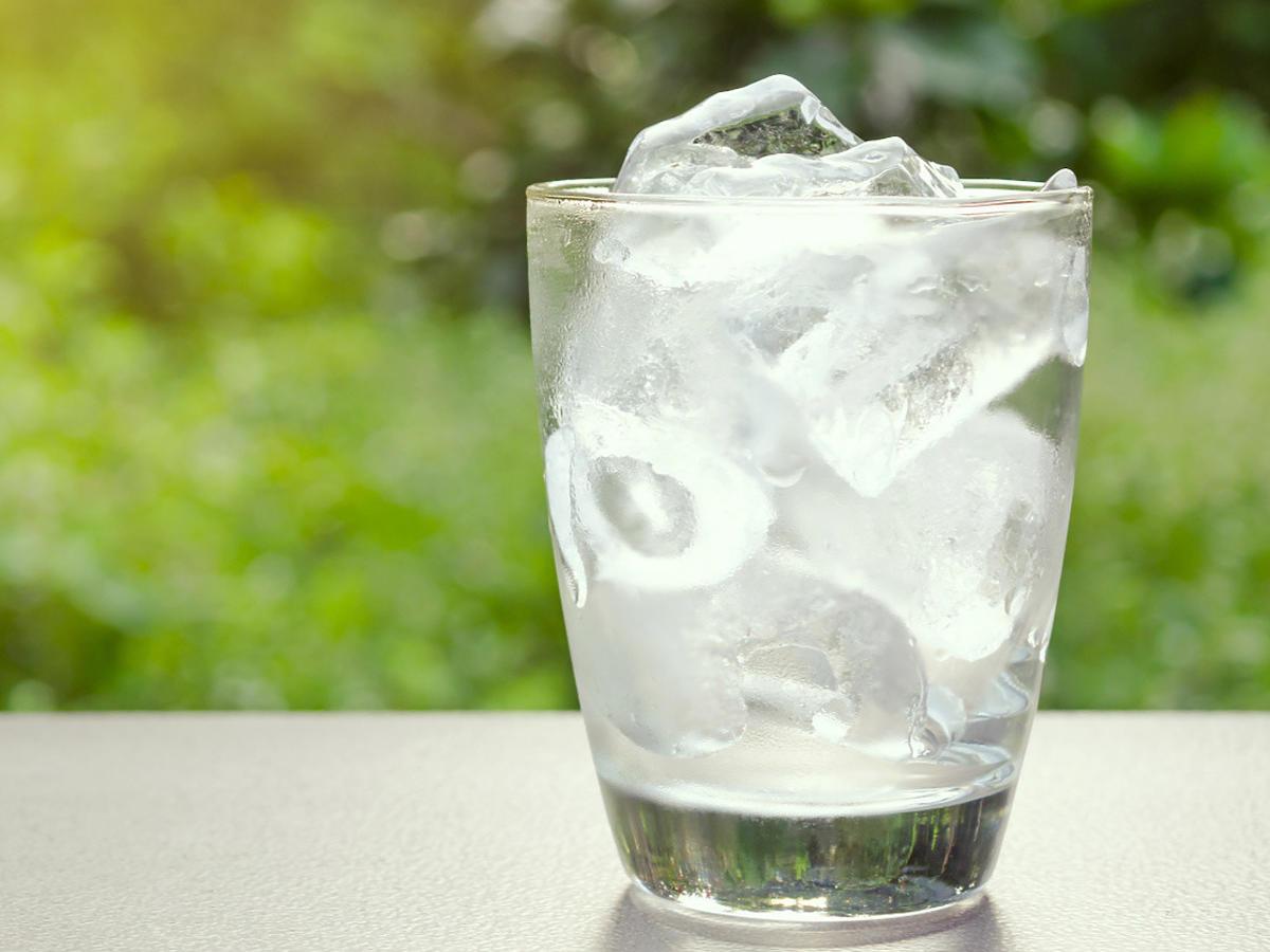 Czy picie zimnej wody po posiłku jest bezpieczne? Sprawdźcie zanim sięgniecie po kolejną szklankę