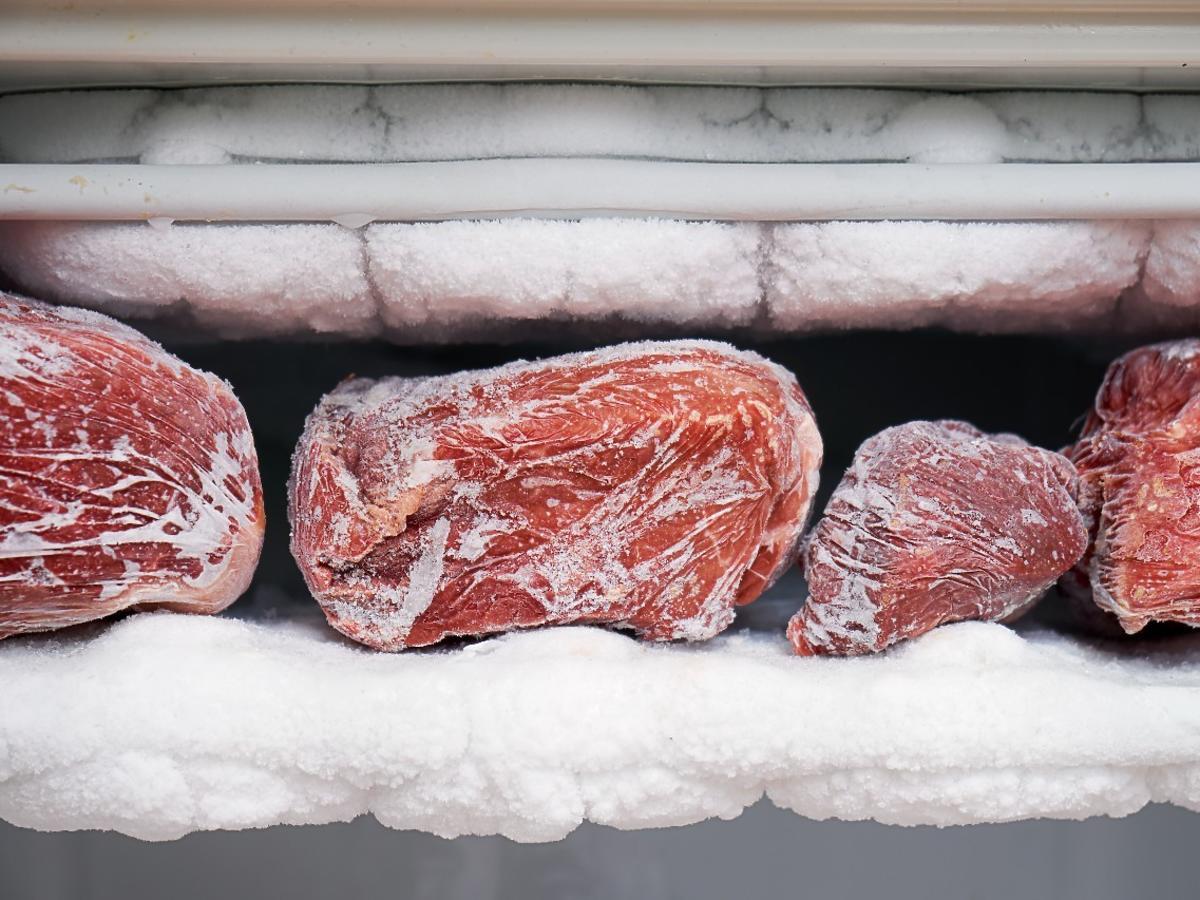 Czy trzeba myć mięso przed mrożeniem? Ta 1 rzecz jest kluczowa