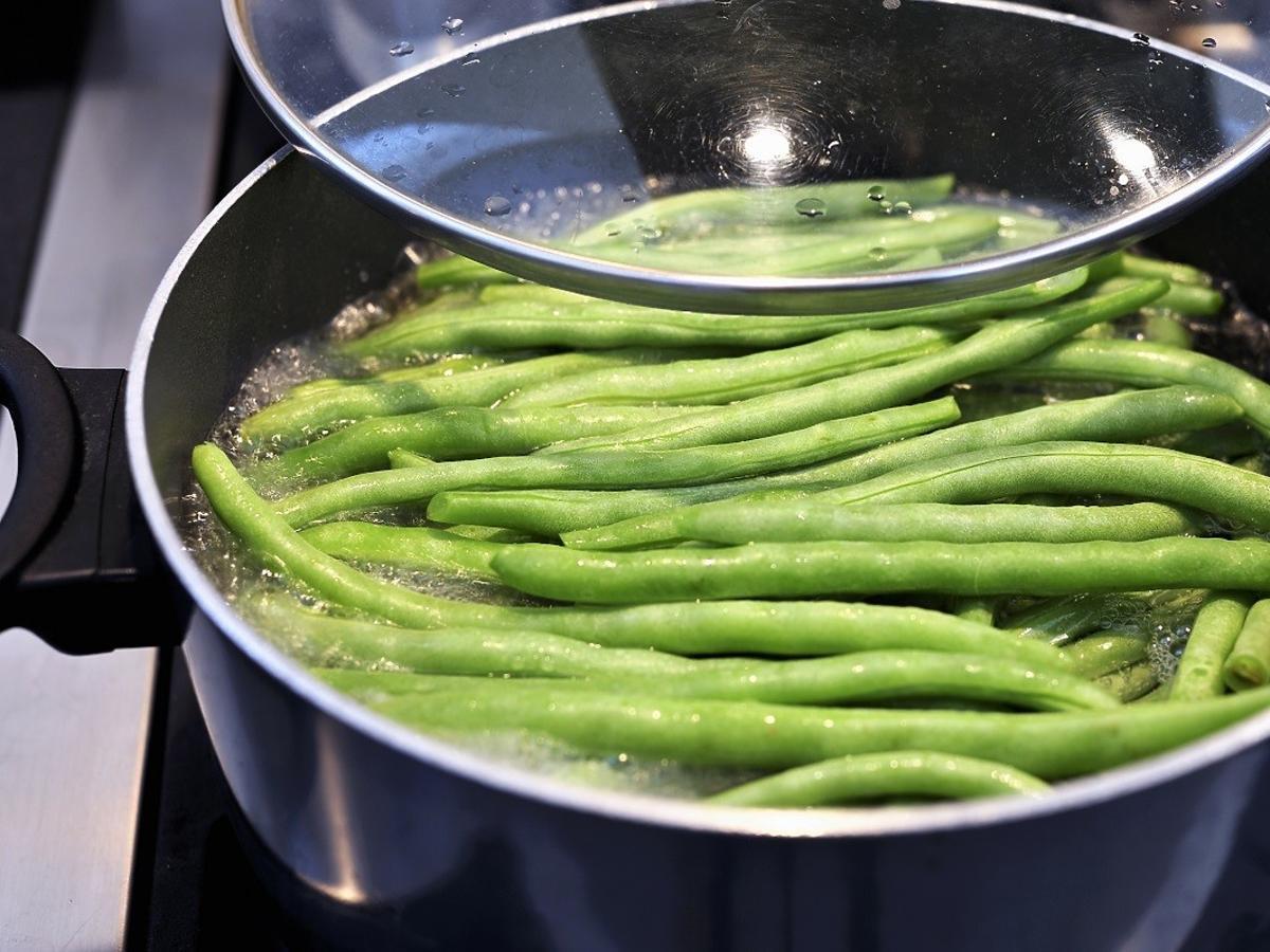 Czy zieloną fasolkę szparagową gotuje się tyle samo czasu co żółtą?