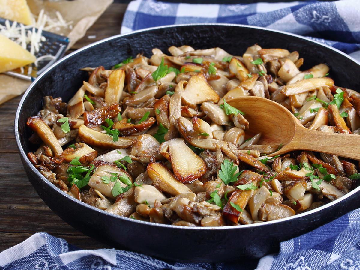 Czym najlepiej przyprawiać smażone grzyby? Mało kto pamięta o dodaniu tej przyprawy
