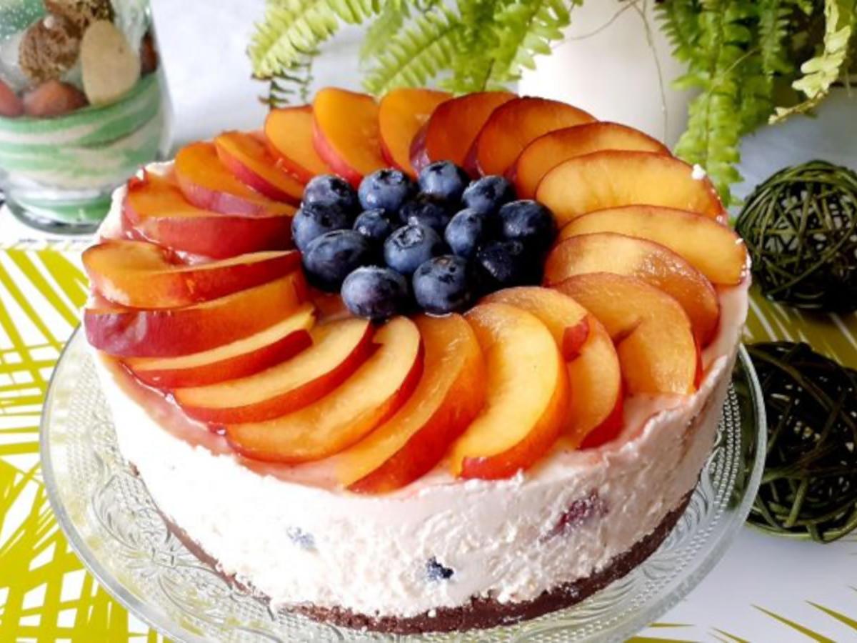 Delikatny sernik z owocami bez pieczenia. Przepis idealny na ciepłe dni