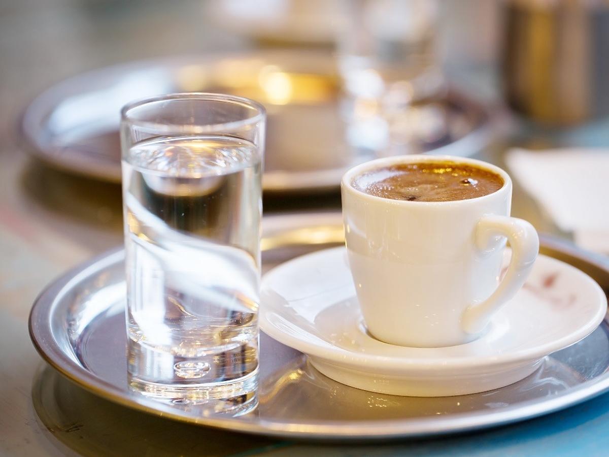 dlaczego do espresso podawana jest woda