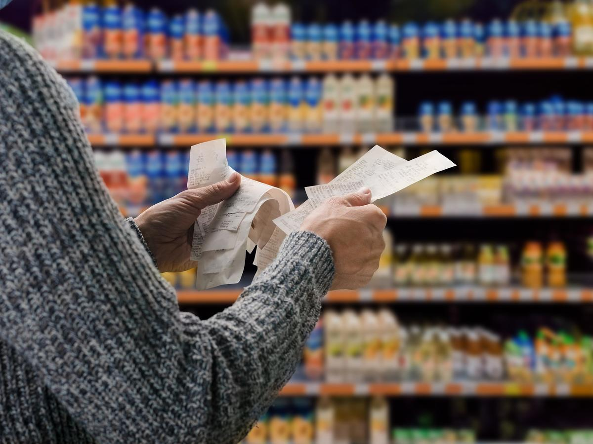 Dlaczego jedzenie jest takie drogie? Co przez rok podrożało najbardziej, a co jest tańsze?