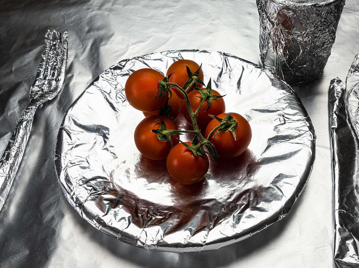 Dlaczego nie wolno pakować pomidora w folię aluminiową? Lepiej sprawdźcie