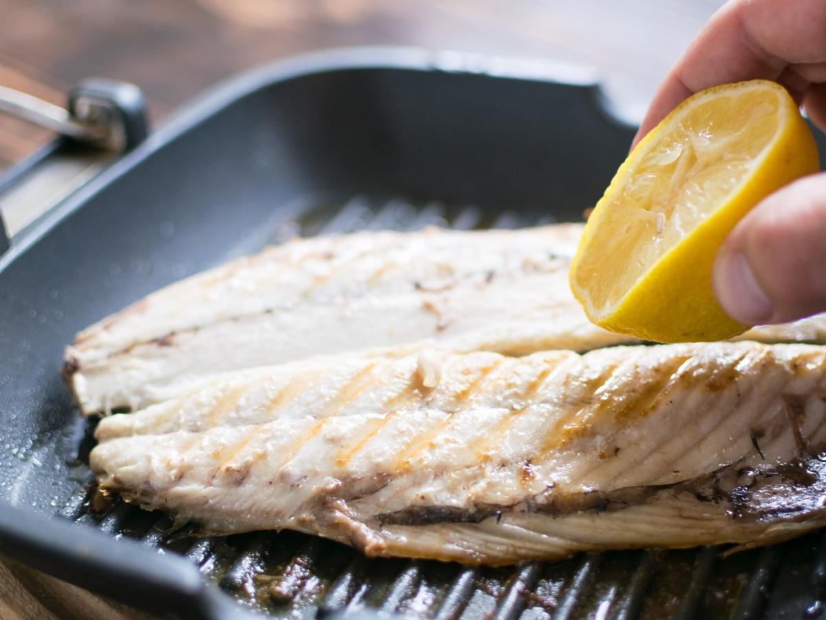 dlaczego rybę polewa się sokiem z cytryny?