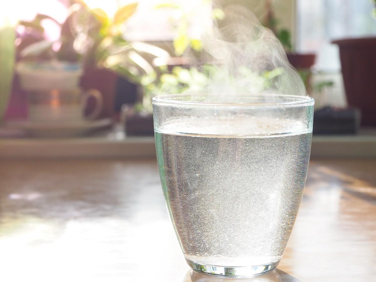 Dlaczego warto pić gorącą wodę?