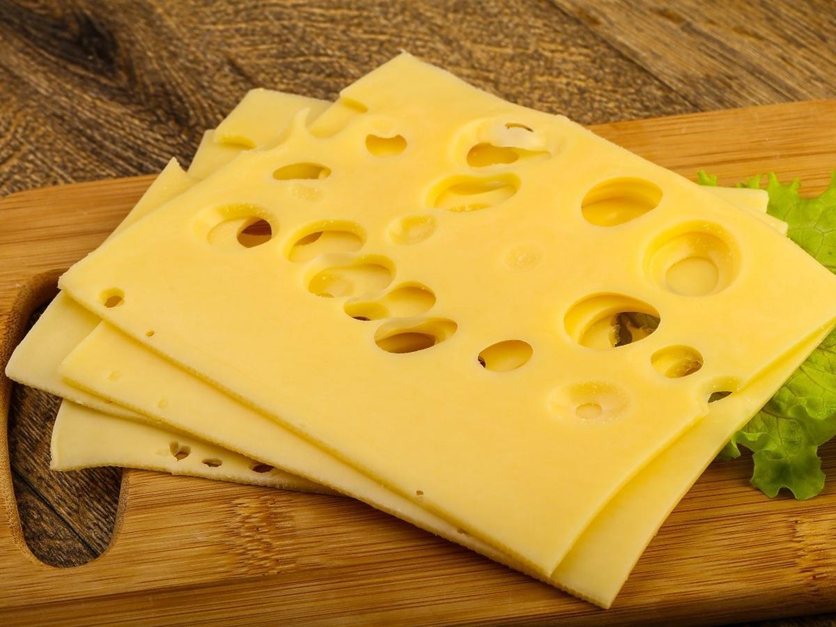Dlaczego żółte sery mają różne kolory? Dużo zależy od 1 rzeczy