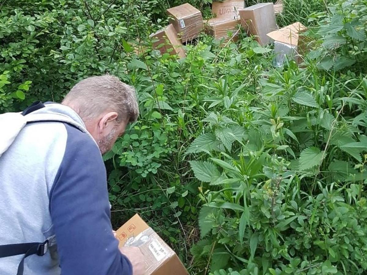 Dziesiątki pudeł z indyjskim jedzeniem znaleziono w lesie. Nie wpadniecie na to, co się z nimi stało