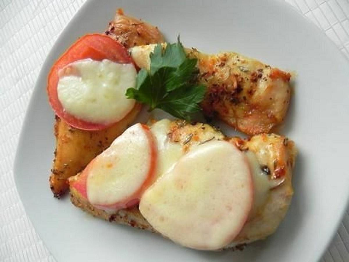 Filet z kurczaka z pomidorem i serem. Pomysł na smaczny obiad