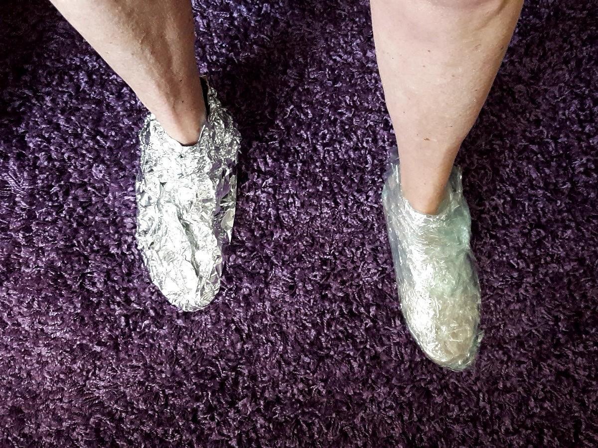 Folia aluminiowa przydaje się nie tylko do pieczenia. Owińcie nią stopy. Efekt was zaskoczy (na zmarznięte stopy, na odprężenie)