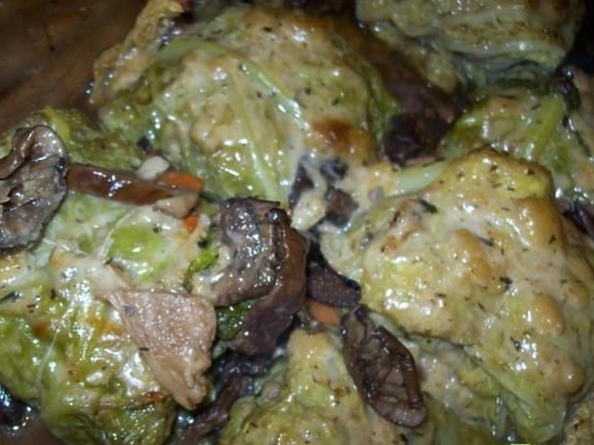 Gołąbki w sosie z grzybów leśnych. Przepis na obiad z suszonych grzybów
