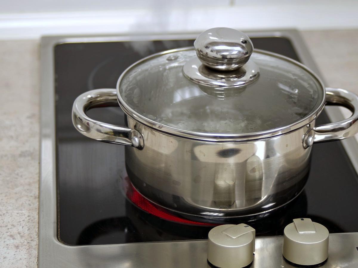 Gotująca się woda, garnek
