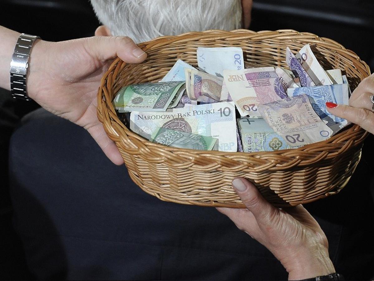Ile emerytury dostają księża w Polsce? Wystarcza na jedzenie i godne życie? Poznajcie dokładne kwoty