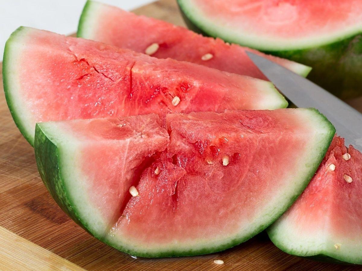 Ile kalorii ma arbuz? Czy jedzenie arbuza tuczy?