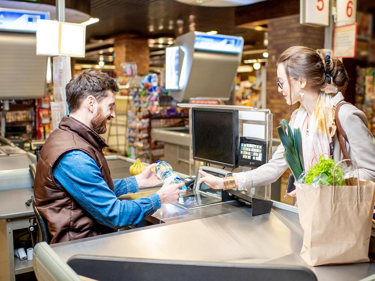 """Ile na """"Nowym Ładzie"""" zyskają pracownicy sklepów? Wiemy, ile zyska kasjer. Dużo czy mało?"""