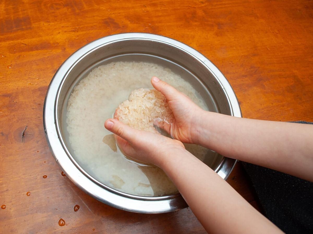 ile wody do ryżu: metoda na palec