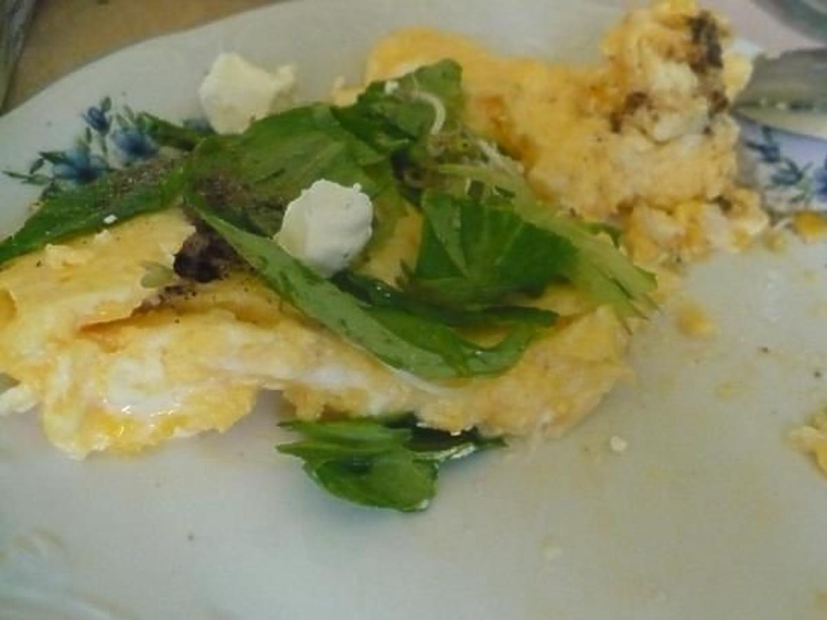 jajecznica z serem feta przepis