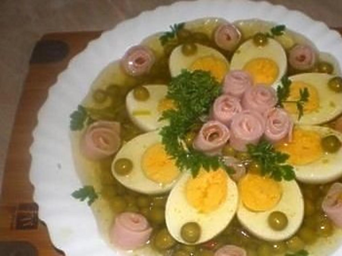 Jajka z groszkiem w galarecie to istna rewelacja. Pyszna i prosta przekąska na zimno na Wielkanoc