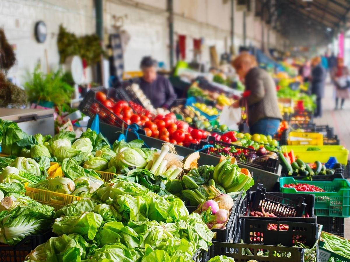 Jak bezpiecznie zrobić zakupy na bazarach i targowiskach? Pamiętajcie o tych obostrzeniach