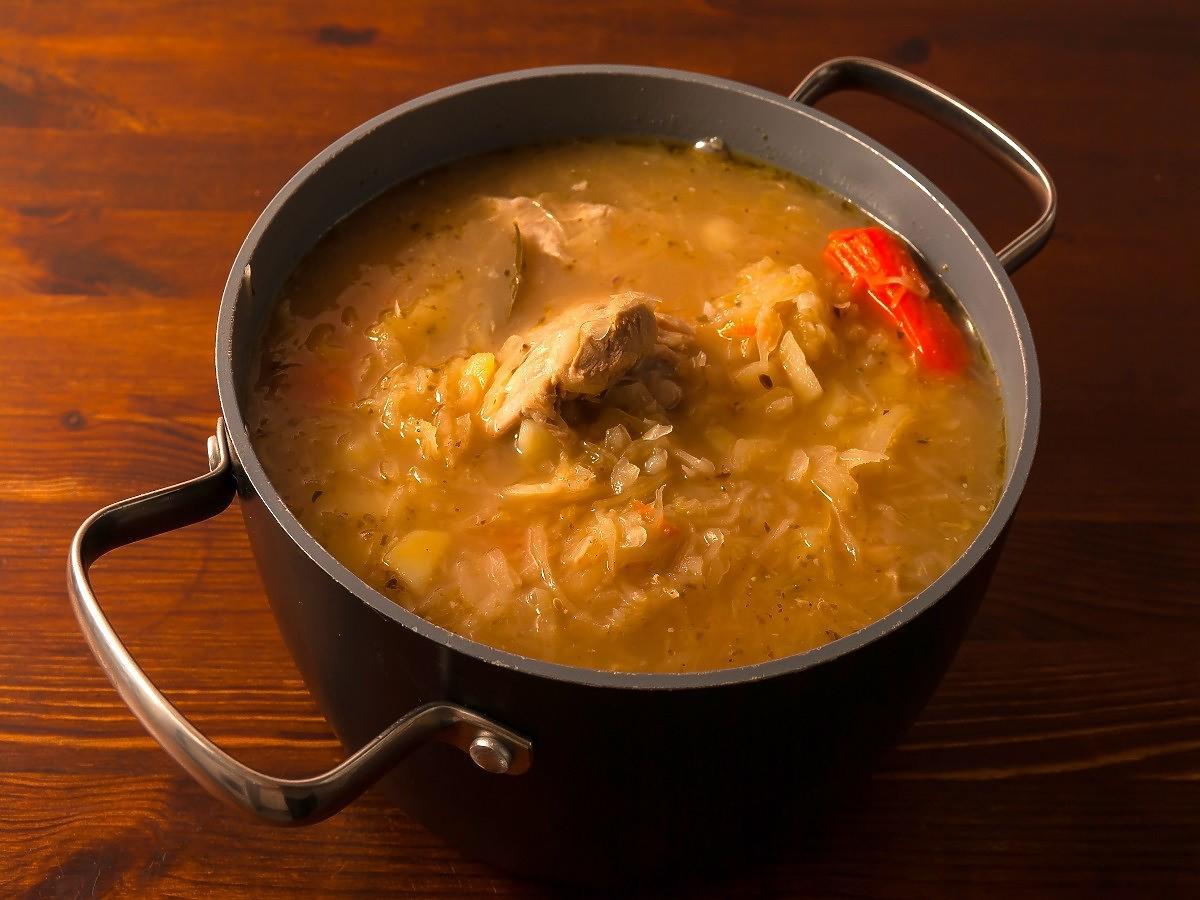 Jak długo gotować kapuśniak, żeby był miękki i smaczny? Polacy nagminnie popełniają 1 błąd