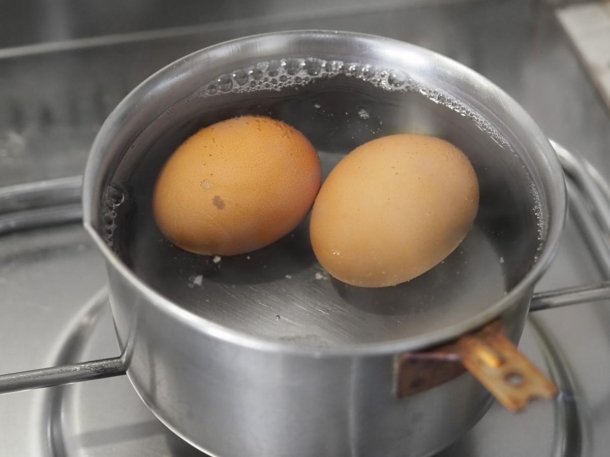 Jak gotować jajka by nie pękła skorupka? Na pewno nie znacie tego triku z wodą