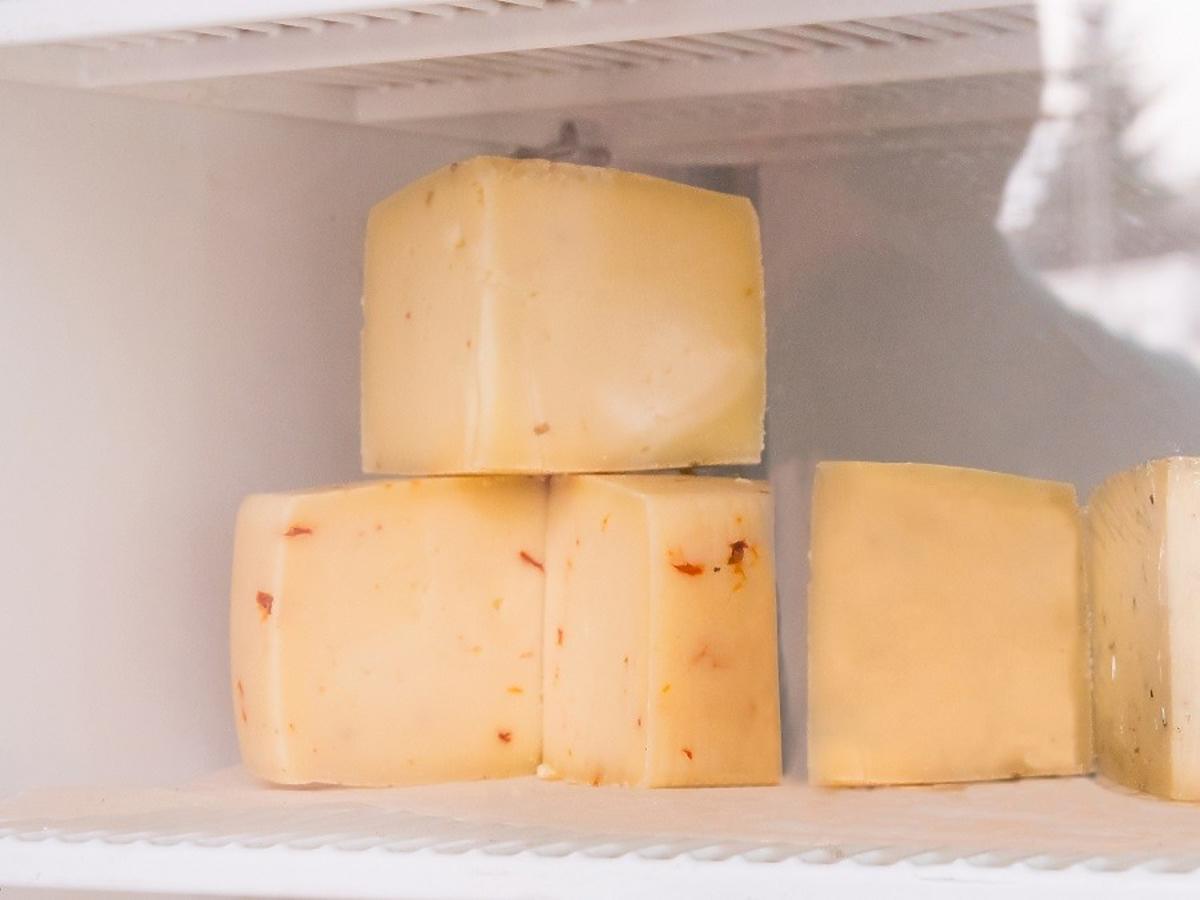 Jak odświeżyć zeschnięty żółty ser? Zastosujcie ten genialny trik