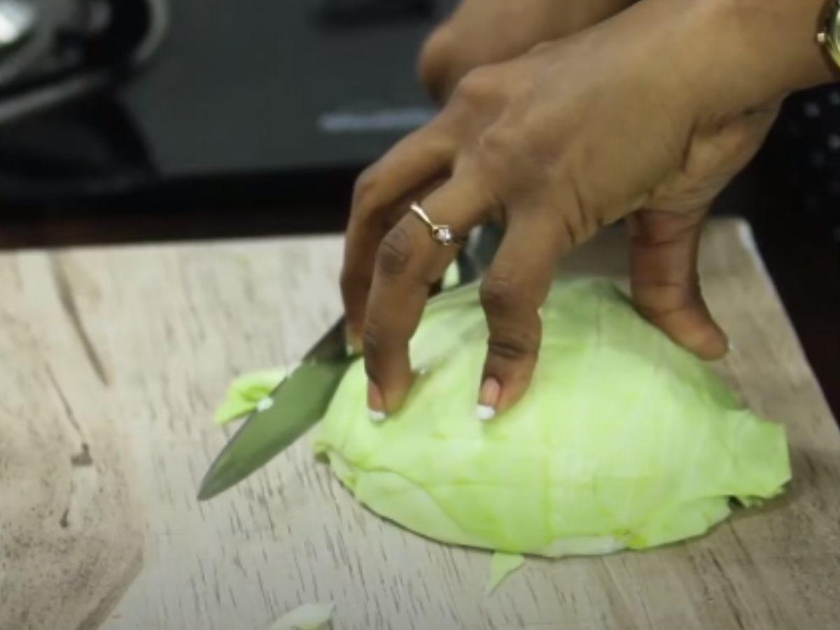 Jak pokroić kapustę w równe kawałki? Tylko jedna metoda zawsze się sprawdza