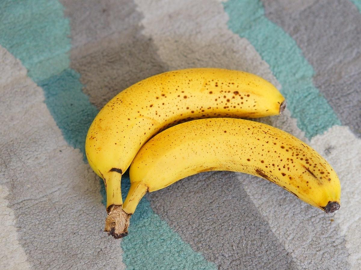 Jak przedłużyć świeżość bananów? Owińcie tym łodygi i po kłopocie
