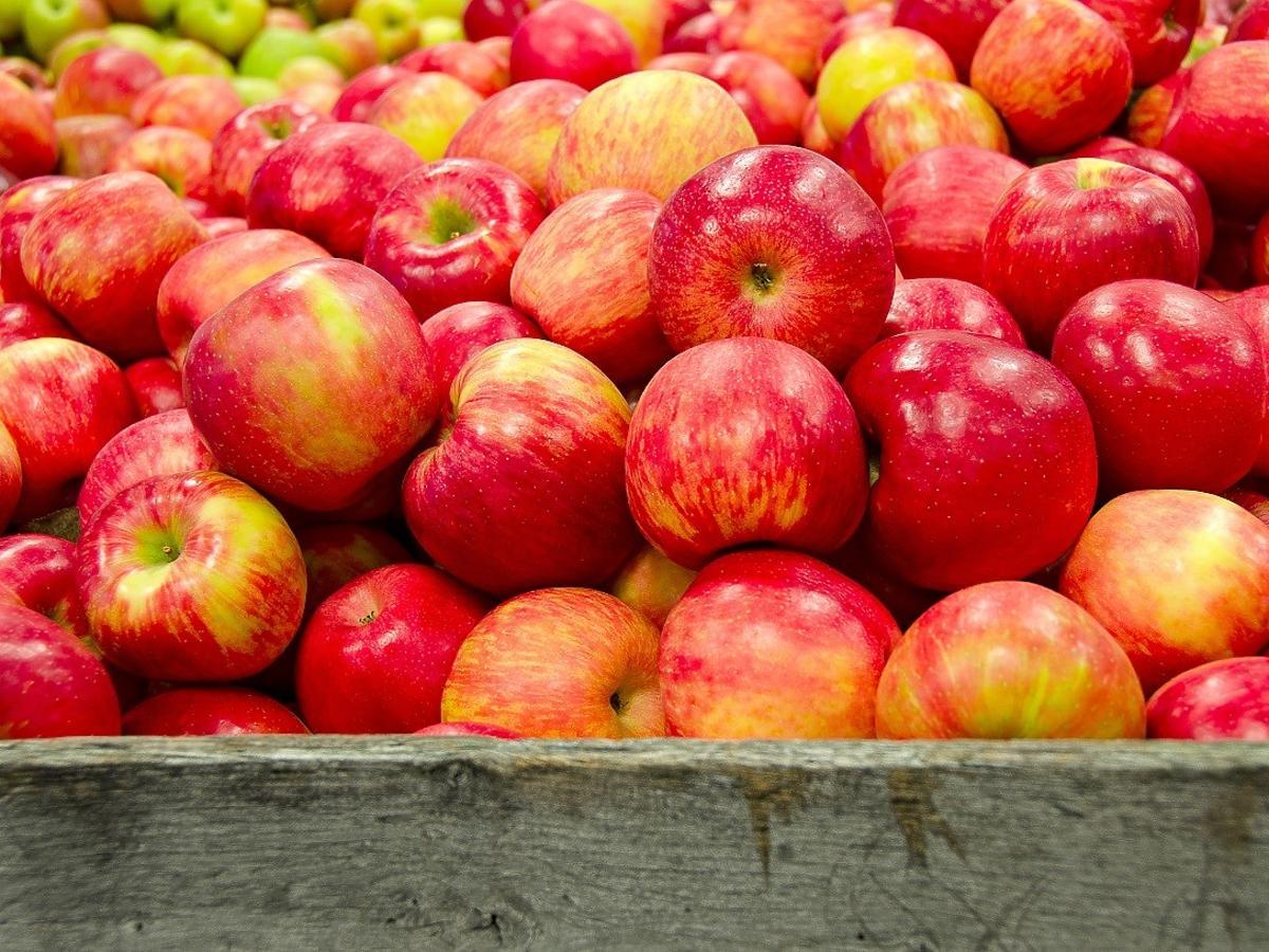 Jak sprawdzić czy jabłko jest pokryte chemicznymi substancjami? Wystarczy prosty test z wodą