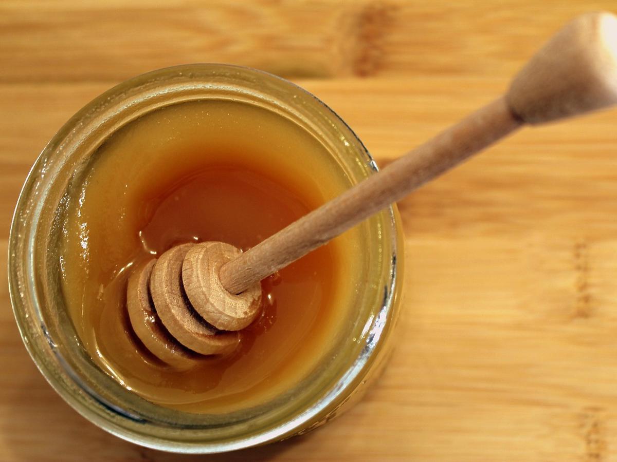 Jak sprawdzić czy miód jest naszprycowany cukrem? Wystarczy szklanka wody