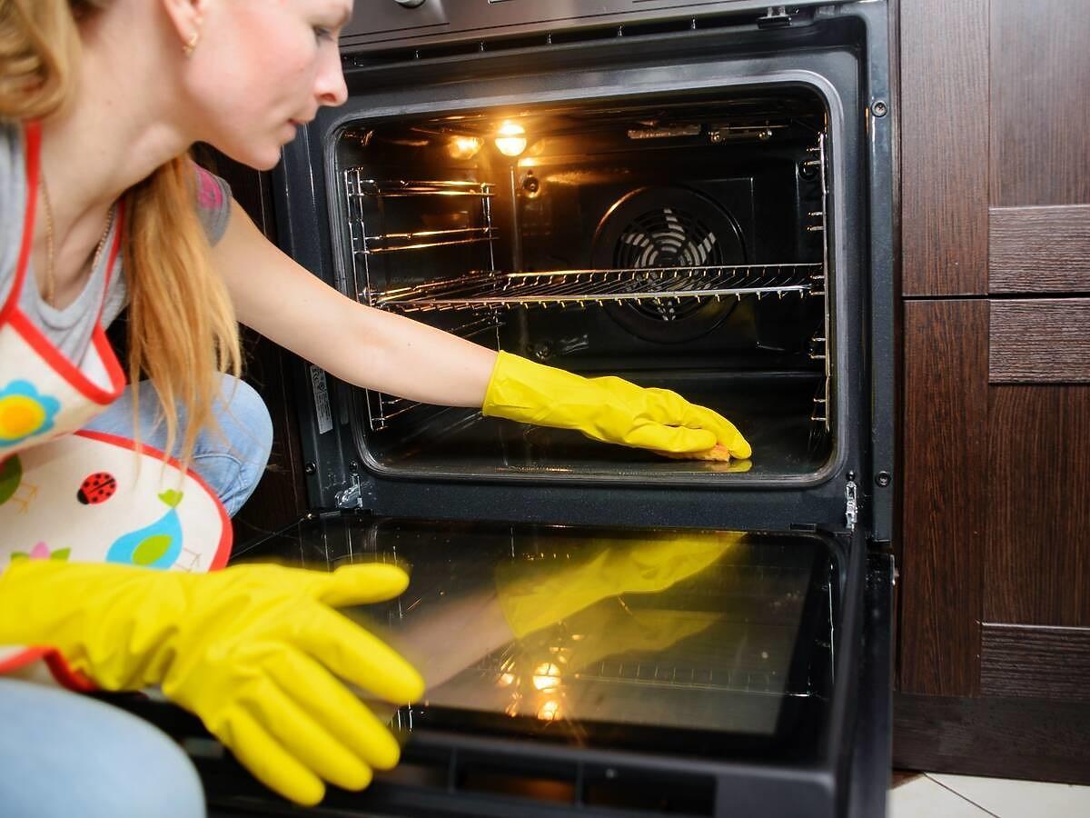 Jak szybko wyczyścić przypalona blachę z piekarnika? Wystarczy użyć tego taniego składnika
