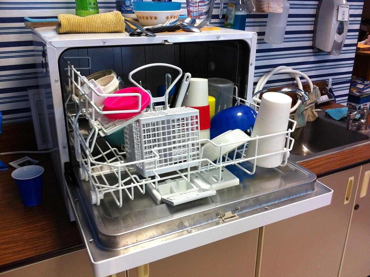 Jak układać naczynia w zmywarce? Na 99% robicie to źle!