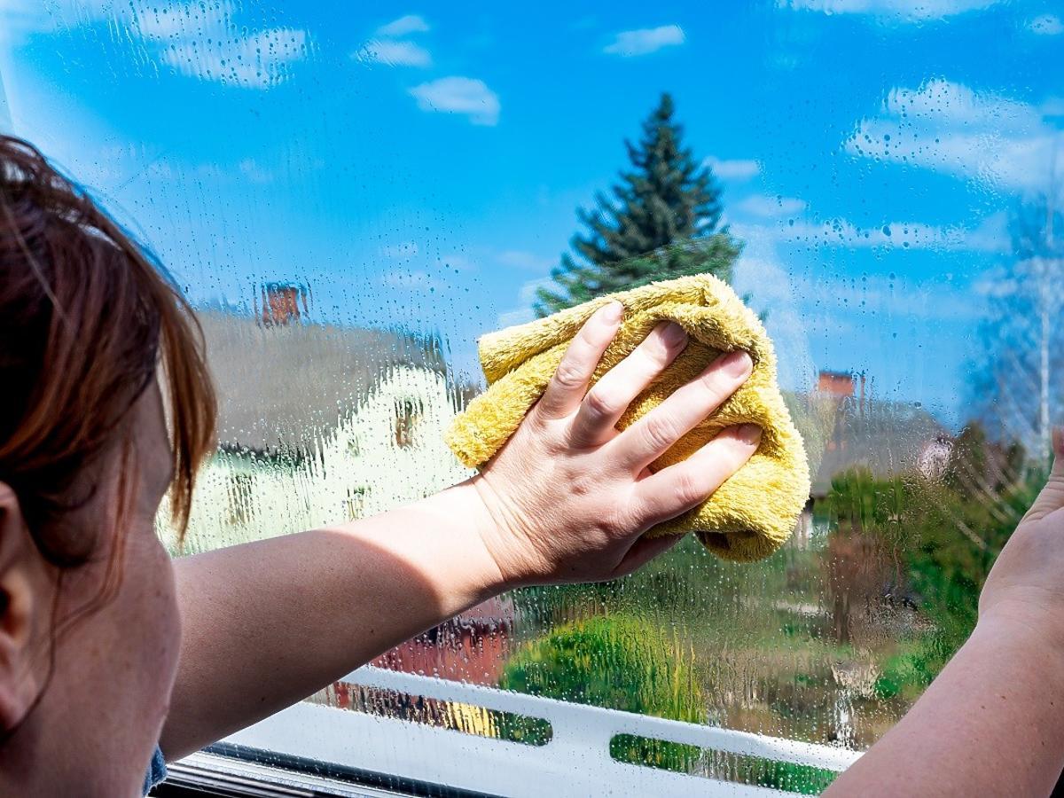 Jak umyć okna w kuchni bez smug? Ten domowy płyn stosowały nasze babcie