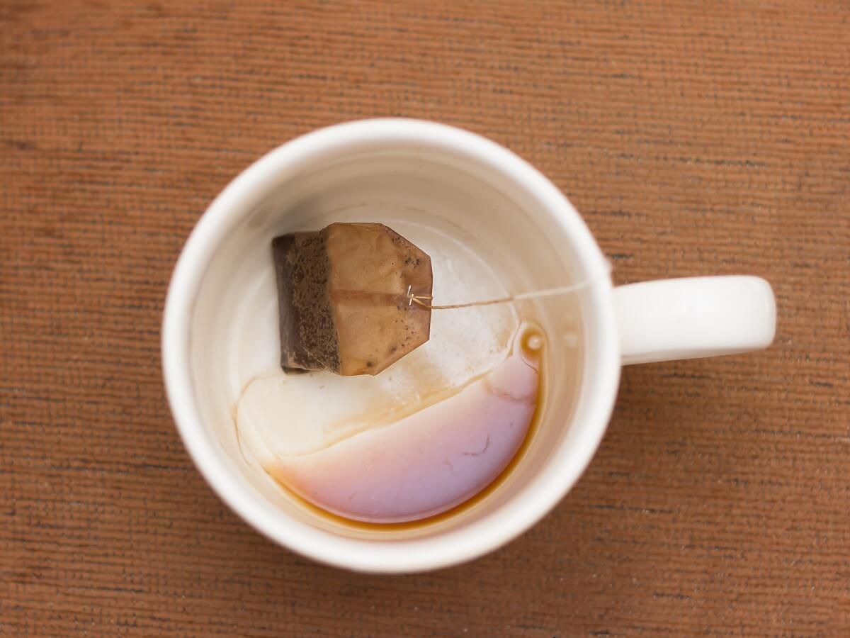 Jak usunąć z kubków osad po kawie i herbacie? Te 2 produkty z kuchni działają cuda
