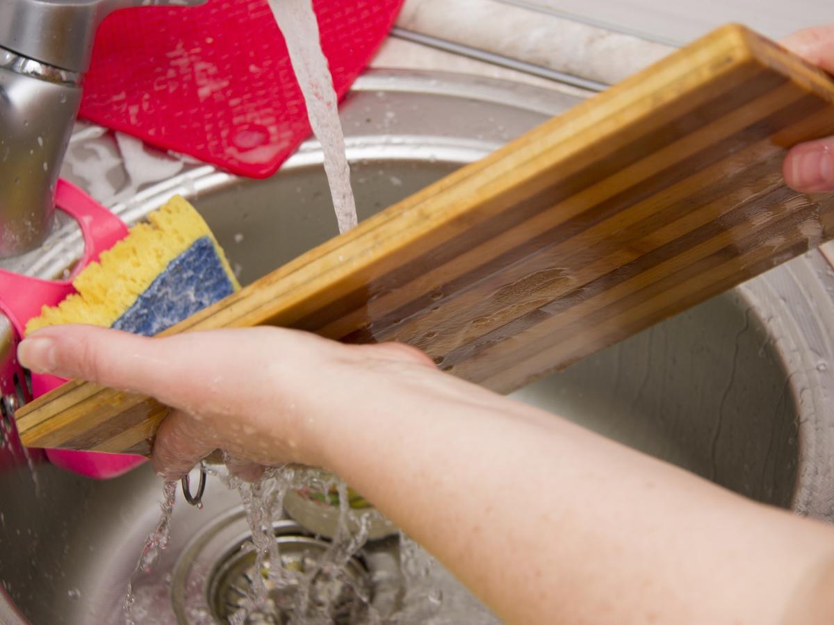 Jak wyczyścić i odkazić deskę do krojenia? Nawet umyta może być wylęgarnią chorób